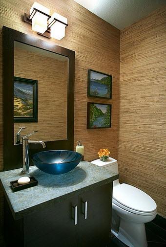 Diseño de cuarto de baño con espejo marrón y pared