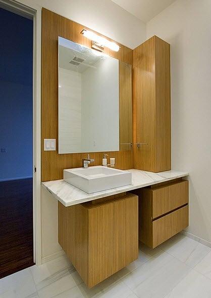 Diseño de lavatorio de cuarto de baño blanco y madera en la base