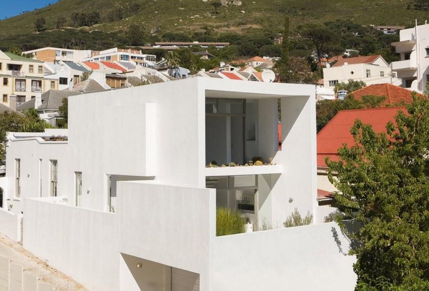 Diseño de fachada de casa angosta de color blanco