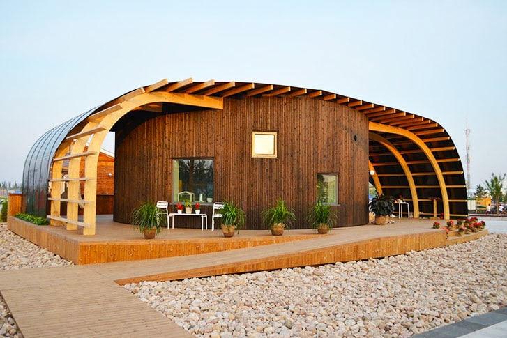 Fachada de casa que tiene paneles solares