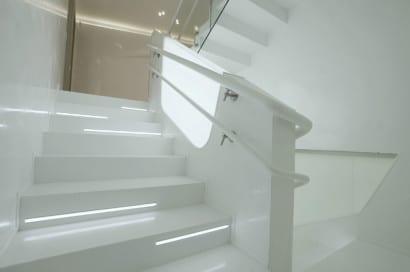 Peldaños de escalera moderna iluminados