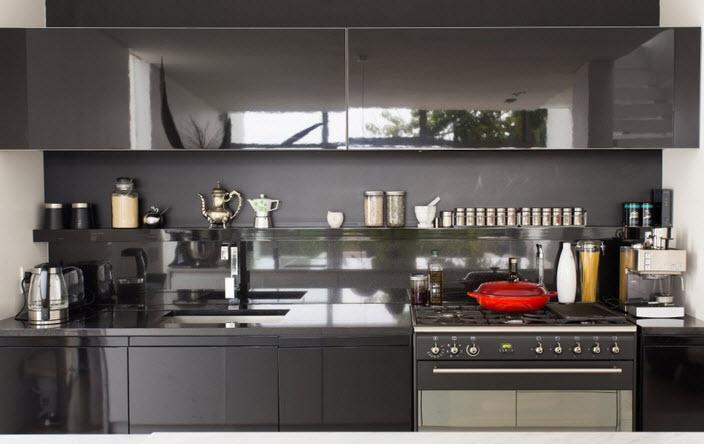 Diseño de la cocina en color negro de casa angosta