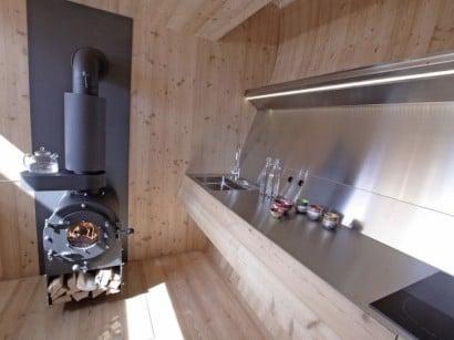 Chimenea de hierro en pequeña casa de madera
