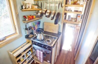 Cocina con utensillo arriba para maximizar espacios