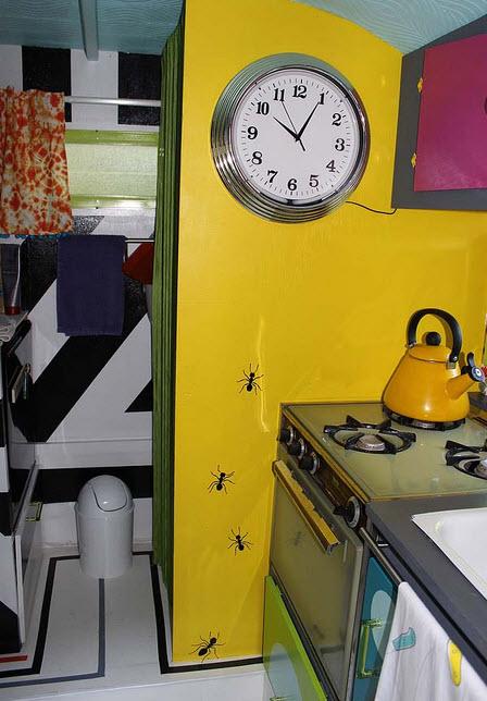Dise o original de peque a casa rodante construye hogar for Cocina 3 metros pared