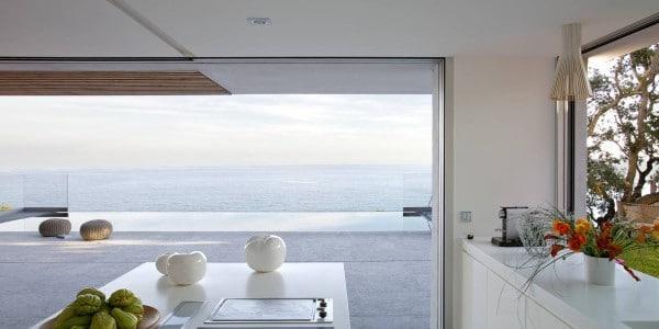 Casa de dos pisos en la playa incluye fachada y dise o de - Decoracion en cristal interiores ...