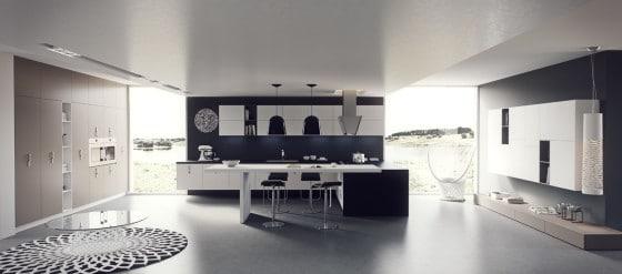 Diseño de cocina bien iluminada con grandes ventanas