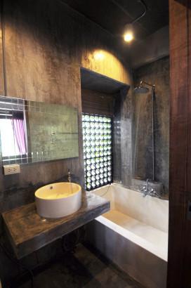 Diseño de cuarto de baño en casa de hormigón