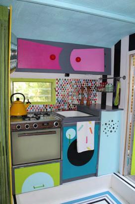 Diseño de pequeña cocina estilo setentas