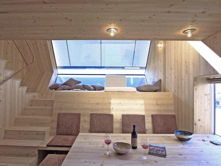 Peque a casa de madera tipo ovni fachada y dise o - Como se construye una casa de madera ...