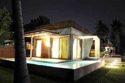 Fachada de casa de concreto vista nocturna