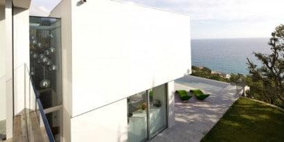 Perfil de casa de dos pisos en la playa