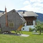 Pequeña casa de madera estilo ovni