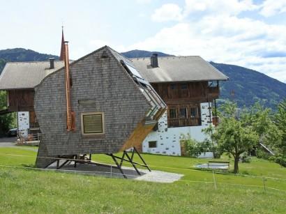 Perfil de casa tipo ovni elevada del suelo