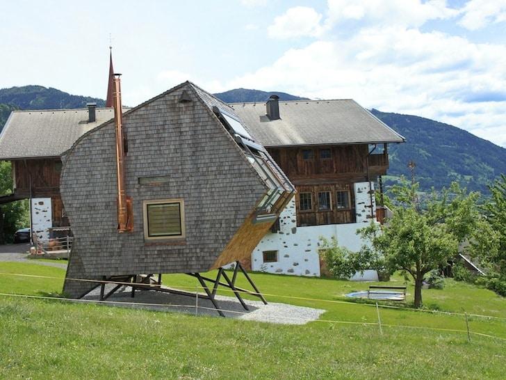 Peque a casa de madera tipo ovni fachada y dise o - Casa pequena de madera ...