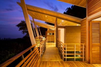 Vista de techo alto en casa para clima tropical
