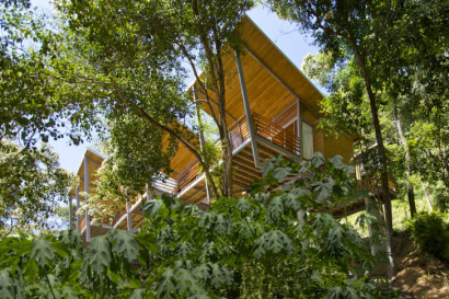 Vista inferior de las casas en el bosque