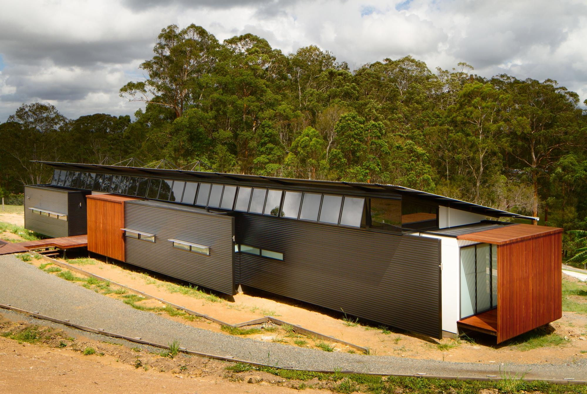 Dise o de casa moderna en terreno largo y angosto for Diseno de frente de casa pequena