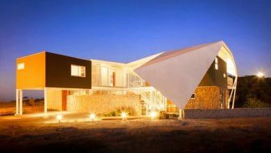 Photo of Fachada y diseño de casa moderna en la colina estilo origami