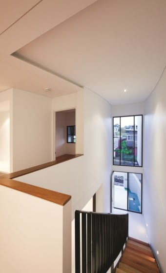 Vista de la  escalera de moderna desde el segundo piso