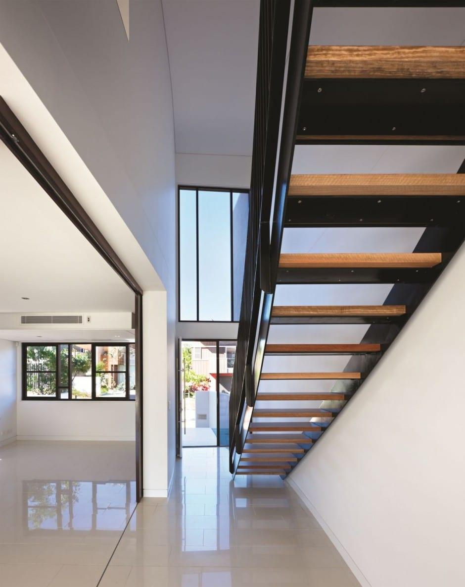 Dise o de moderna casa de dos pisos de hormig n incluye for Casas con escaleras de madera