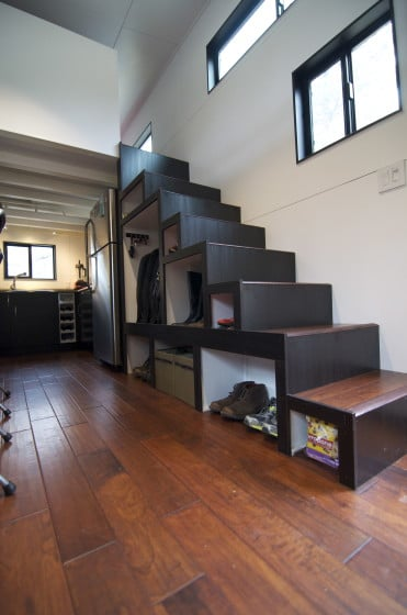Diseño de escalera modular en casa muy pequeña