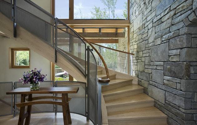 Dise o de casa de piedra fotos de fachada e interiores for Gradas interiores para casas