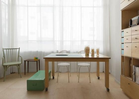 Diseño de mesa de madera con ruedas de pequeño apartamento