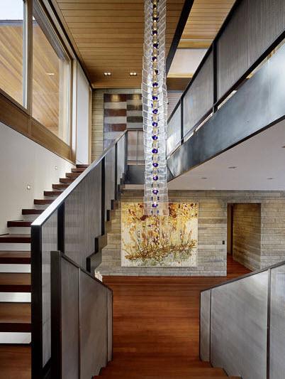 Diseño de moderna escalera en casa de campo