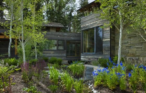 Exteriores de la casa de piedra con vista al jardín