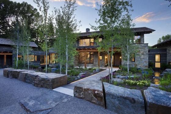 Fachada de casa de piedra con árboles al exterior