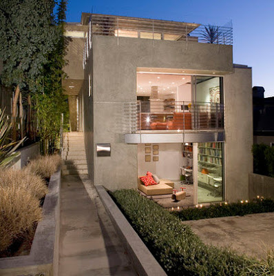 Plano de casa de dos pisos peque a fachada e interiores for Fachadas de casas e interiores