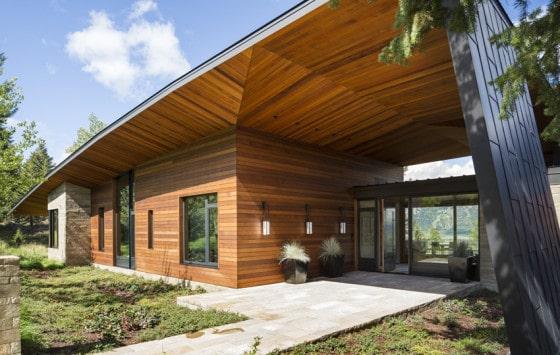 Fachada de madera de casa de campo moderna
