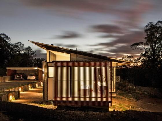Foto de noche del perfil de la casa alargada de noche