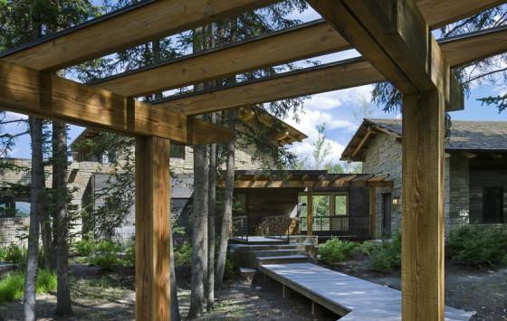 Pérgola de madera en casa de piedra
