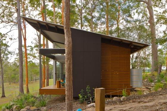 Vista del perfil de casa alargada con techo a una agua