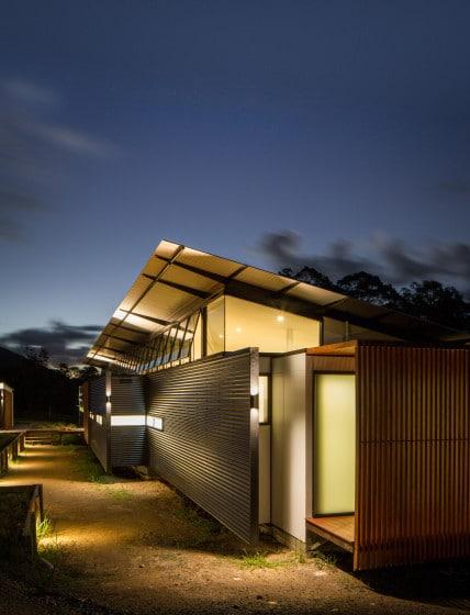 Perfil de casa angosta, texturas de las paredes con luz artificial