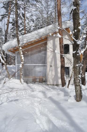 Casa de hormigón cubierta de nieve