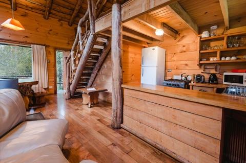 Dise o de casa peque a r stica hecha de madera y troncos for Cocinas de casas rusticas