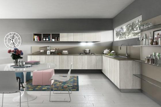 Muebles de cocina color natural y paredes grises