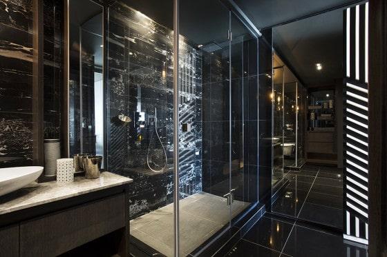 Diseño de cuarto de baño de minidepartamento  en color blanco y negro