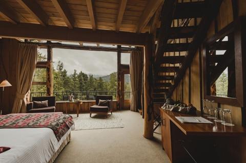 Dise o de casa peque a r stica hecha de madera y troncos for Casas de campo interiores