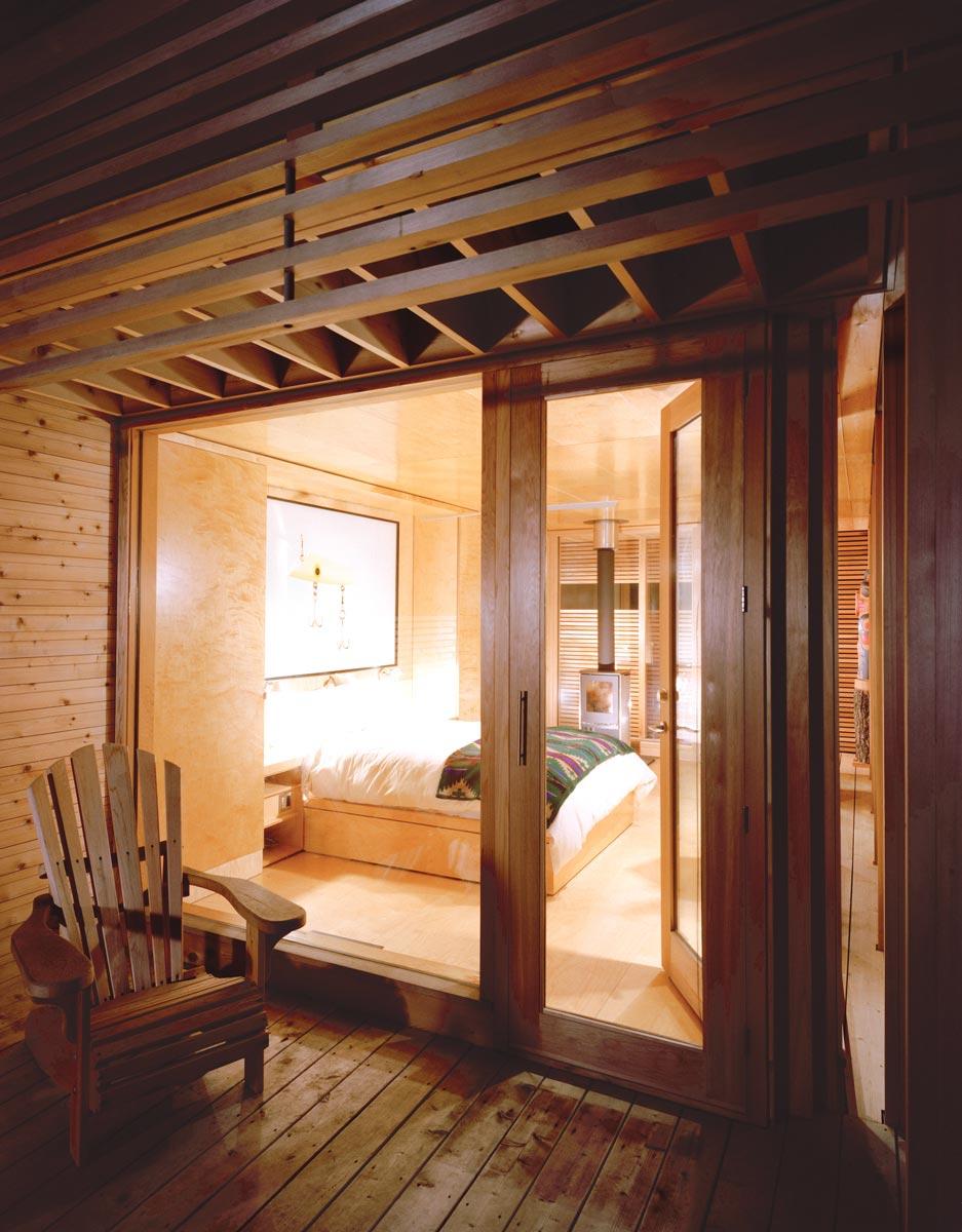 Dise o de casa peque a de madera fachada e interiores - Dormitorio de madera ...
