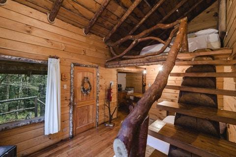 Dise o de casa peque a r stica hecha de madera y troncos for Ver escaleras de casas