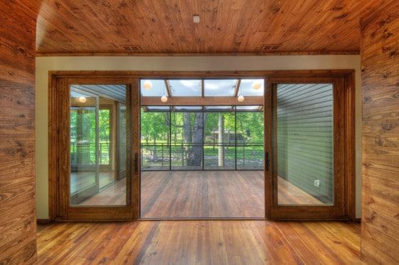 Diseño de interiores de madera de casa en la montaña