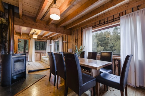 Dise o de casa peque a r stica hecha de madera y troncos for Disenos de interiores rusticos