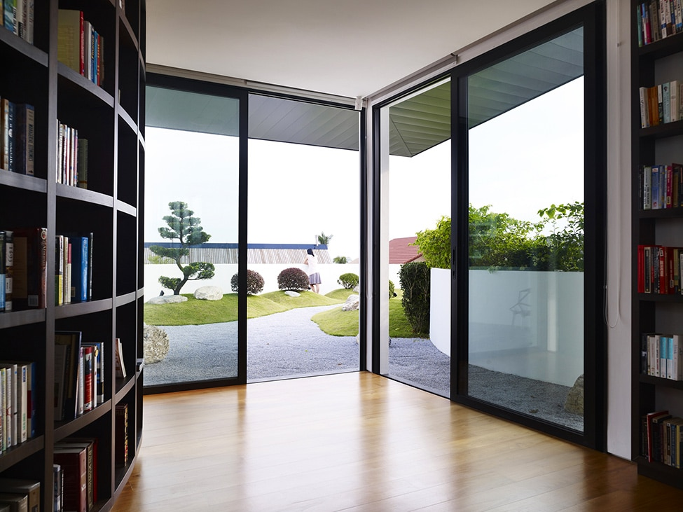Dise o de moderna casa de dos pisos con azotea jard n for Jardin en azotea diseno