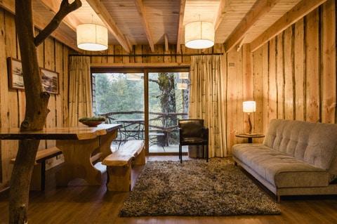 Dise o de casa peque a r stica hecha de madera y troncos for Escaleras interiores casas rusticas