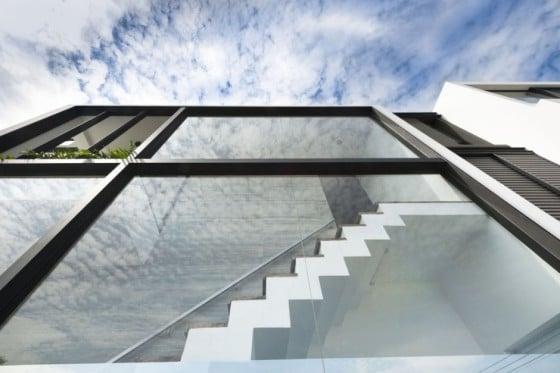 Escaleras zig zag en casa de dos pisos