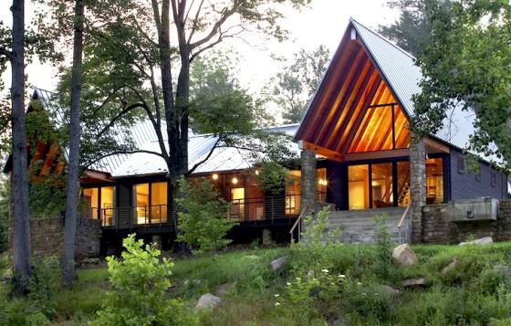 Fachada de cabaña de piedra y madera